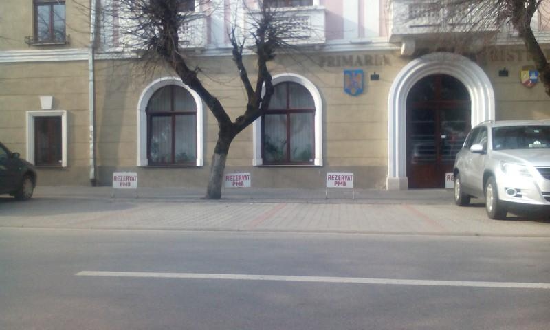 parcare rezervata primariei Bistrita